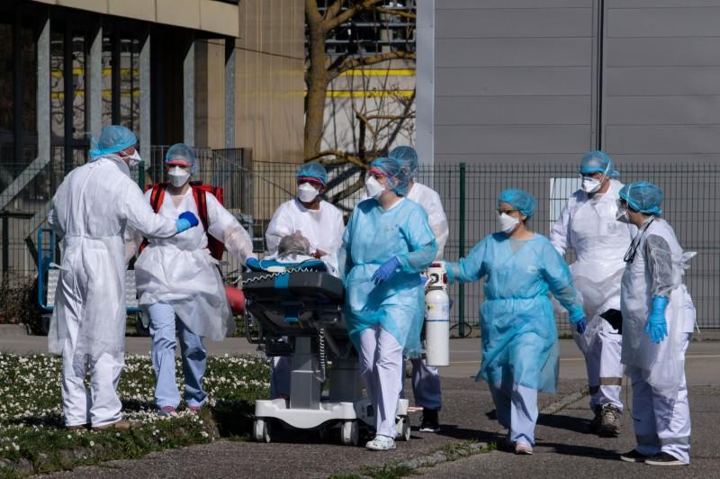 法國已有5名醫師感染武漢肺炎後病逝。(法新社)