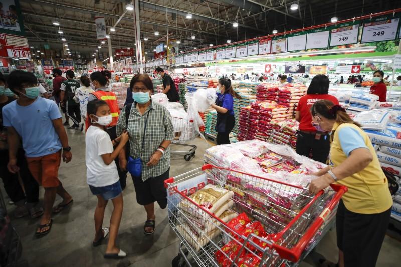 受到武漢肺炎疫情影響,泰國總理帕拉育(Prayuth Chan-ocha)宣布該國從26日開始進入緊急狀態1個月。圖為曼谷民眾在大型超市搶購民生物資。(歐新社)