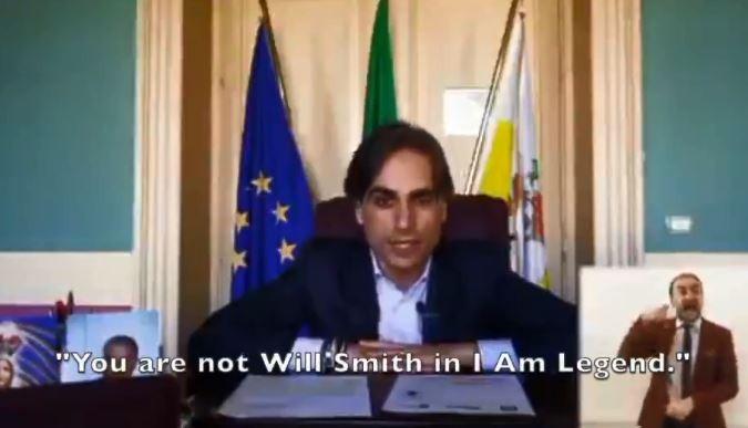 義大利一名市長向在街上帶著狗亂晃的民眾說,「這不是在演電影,你也不是《我是傳奇》中的威爾.史密斯,所以你必須待在家裡。」(圖擷取自推特)