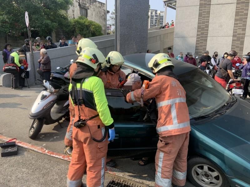 消防人員將肇事的駕駛救出。(記者蔡彰盛翻攝)