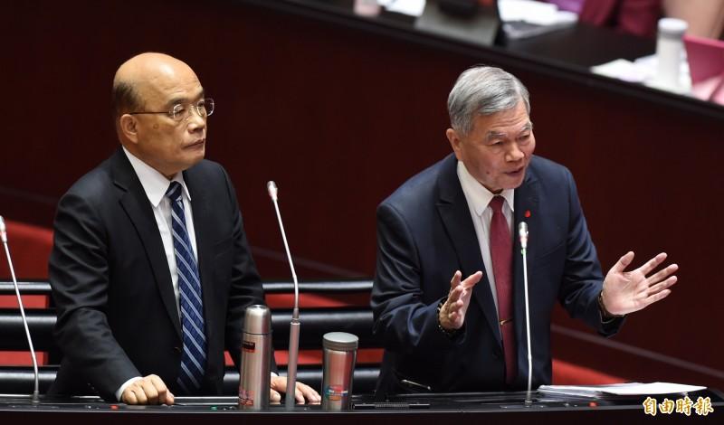 經濟部長沈榮津(右)說,除了天然氣安全存量提升,運輸航線也會避開南海,讓風險降到最低。(記者劉信德攝)