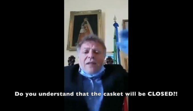 盧塞韋拉市市長圖托洛)砲轟市民,「你們知道棺材會闔上嗎?光是看到你都很難了!沒有人看得到你的髮型!」。(圖擷取自推特)