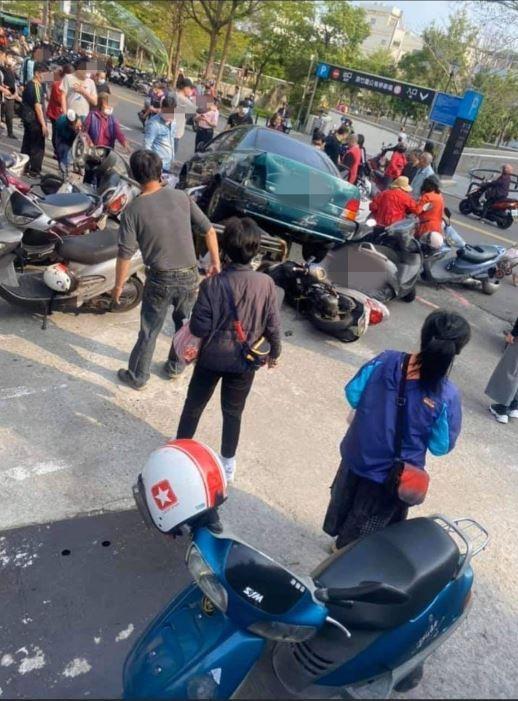 老翁駕車暴衝撞進買菜人潮與車陣。(取自網路)