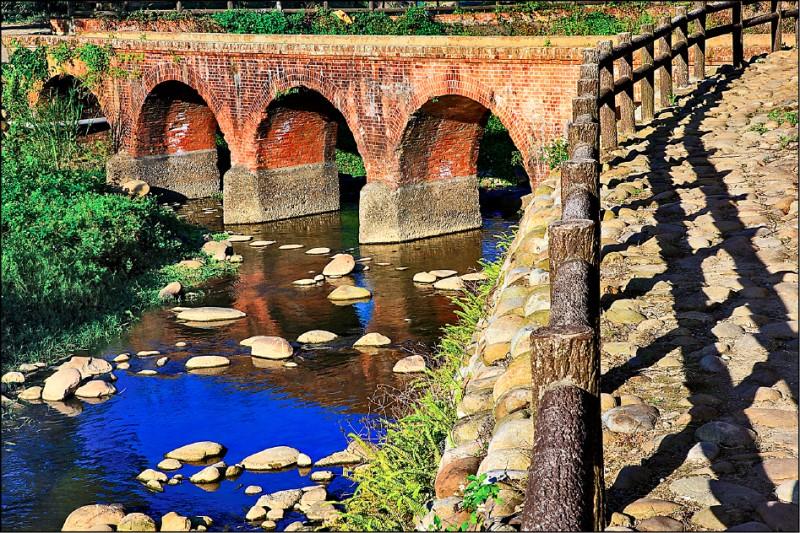 大平紅橋為全台僅剩三座的百年古橋。 (觀旅局提供)