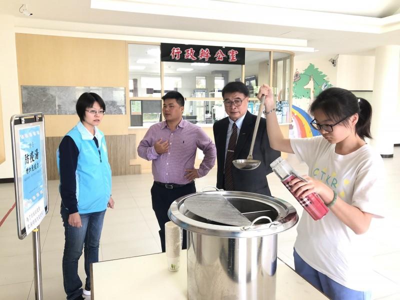 台東大學校長曾耀銘(右2)到宿舍探視學生,並送上熱熱防疫湯。(記者黃明堂翻攝)