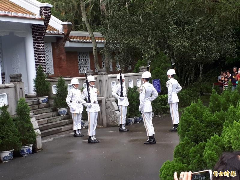 桃園市議員王浩宇建議廢除慈湖陵寢,圖為慈湖陵寢最受遊客歡迎的禮兵交接儀式。(記者謝武雄攝)