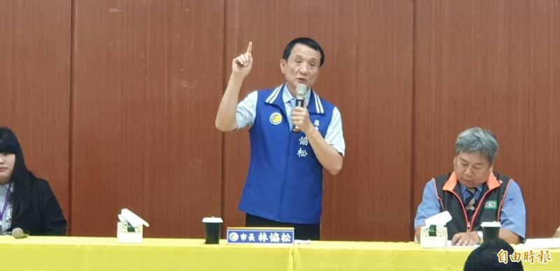 屏東市長林恊松提醒居家檢疫或隔離民眾不要趴趴走,鄰居會盯著你。(記者葉永騫攝)