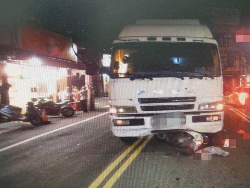 一名潘姓大貨車司機,今晚6點多在太平新仁路、永豐路口轉彎時,車頭開進對向車道,壓死騎車等紅燈的黃姓婦人,15歲兒子也受傷送醫。(記者陳建志翻攝)