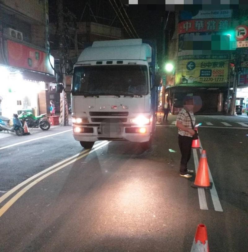 潘姓大貨車司機轉彎時幅度過大,車頭已經3分之2都開進對向車道,撞死對向等紅燈的黃姓婦人。(記者陳建志翻攝)