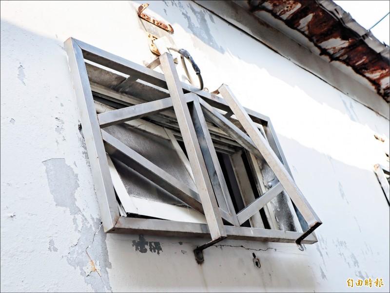 被破壞的氣窗外鐵柵欄,最寬不過30公分,越南偷渡犯體格較小,硬是擠出逃逸。(記者歐素美攝)