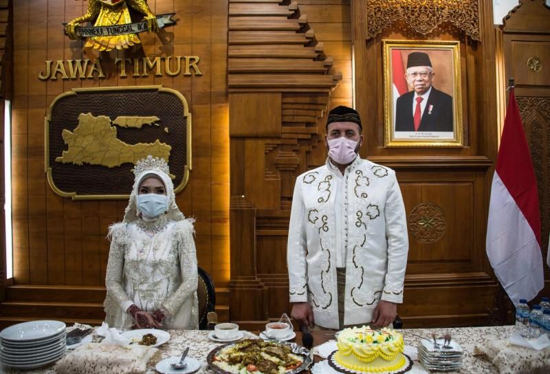 泗水一場婚禮,新郎新娘與賓客全程戴著口罩並保持彼此的距離舉行。(法新社)