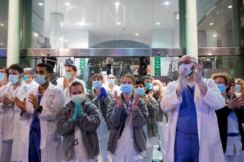 西班牙醫護人員佔全國確診人數約14%,各地醫療資源極為短缺。(歐新社)