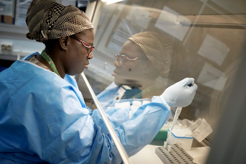 馬利今天通報首宗2起武漢肺炎確診病例。圖中,1名馬利研究人員正在進行COVID-19冠狀病毒測試。(法新社檔案照)