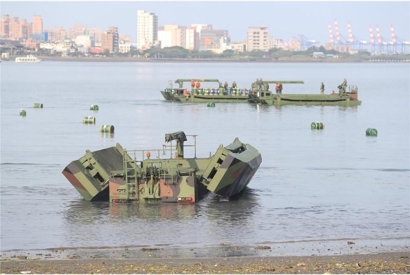 53工兵群於淡水河道架設M3浮門橋。(照片取自青年日報)