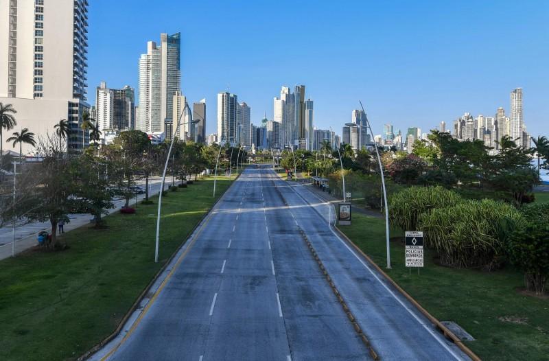 巴拿馬宣布實施「全天候」宵禁。圖為首都巴拿馬城空蕩的街道。(法新社)