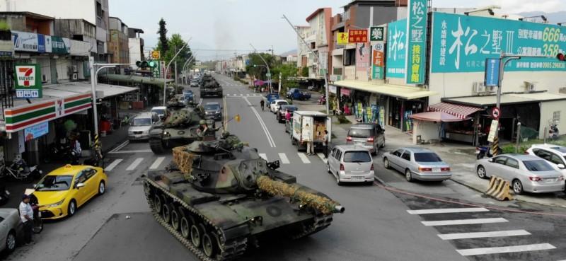 國軍今在宜蘭員山進行軍演,罕見將戰車駛入街道引發民眾圍觀。(軍聞社提供)