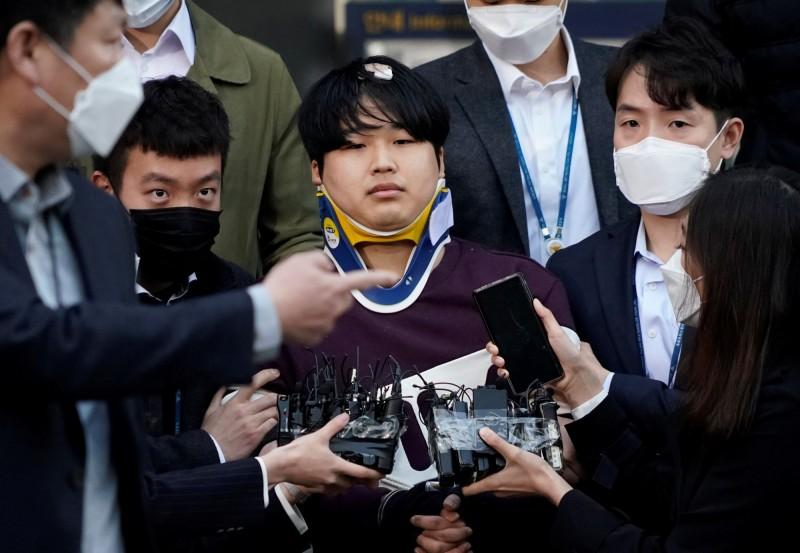 南韓首爾市警局今早將N號房主嫌「博士」趙主彬移送檢方時,將其真面目曝光在鏡頭前。(路透)