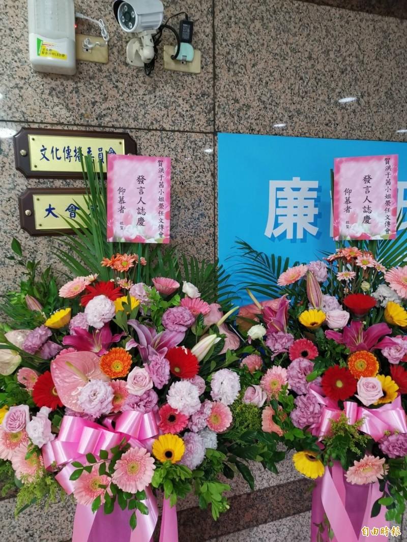 國民黨未婚正妹發言人洪于茜,今天一早就收到祝賀花籃。(記者施曉光攝)