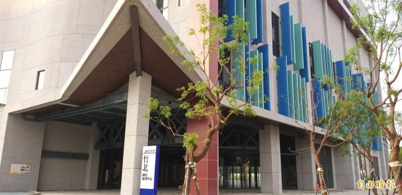 因應武漢肺炎疫情嚴峻,新竹縣政府表示,30日開始封閉竹北國民運動中心及縣游泳館14天,停車場部份仍正常對外開放。(記者廖雪茹攝)