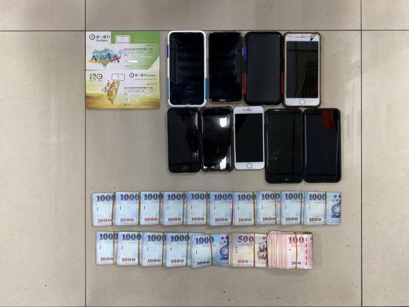 南打破獲詐騙集團,查獲手機及現金等贓物。(記者黃佳琳翻攝)