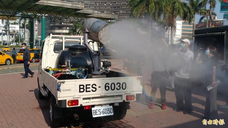 南市環保局出動自行研發的砲霧消毒車進行戶外消毒作業,其噴霧水平距離可達8米以上,消毒效率高。(記者蔡文居攝)