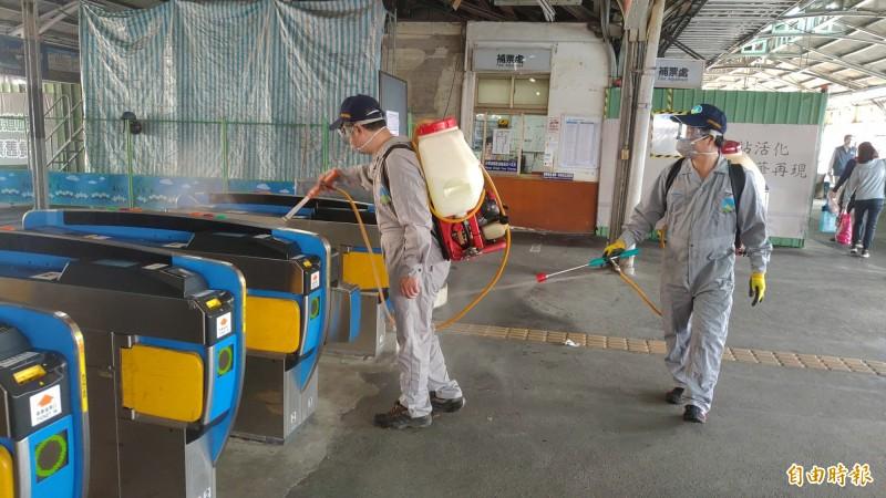 南市環保局針對火車站、高鐵站等交通場站進行全面消毒作業。(記者蔡文居攝)