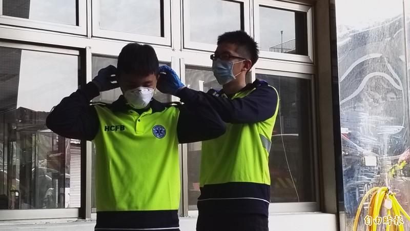 消防人員戴上N95口罩、外科口罩及全面罩護目鏡之後,再加套頭套。(記者廖雪茹攝)