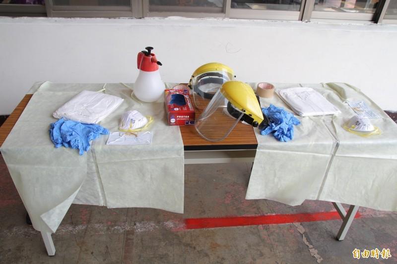 負責載送武漢肺炎高度疑似或確診個案的消防人員全身上下10多項裝備,每個步驟都得謹慎確認有穿戴好。 (新竹縣消防局提供)