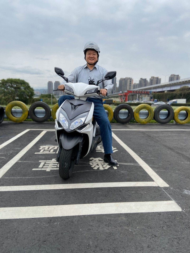 新北市議員何博文說,板橋原僅一處浮州機車練習場,今在光復橋下再新增一處,鼓勵家長陪伴青年練習。(新北市議員何博文提供)