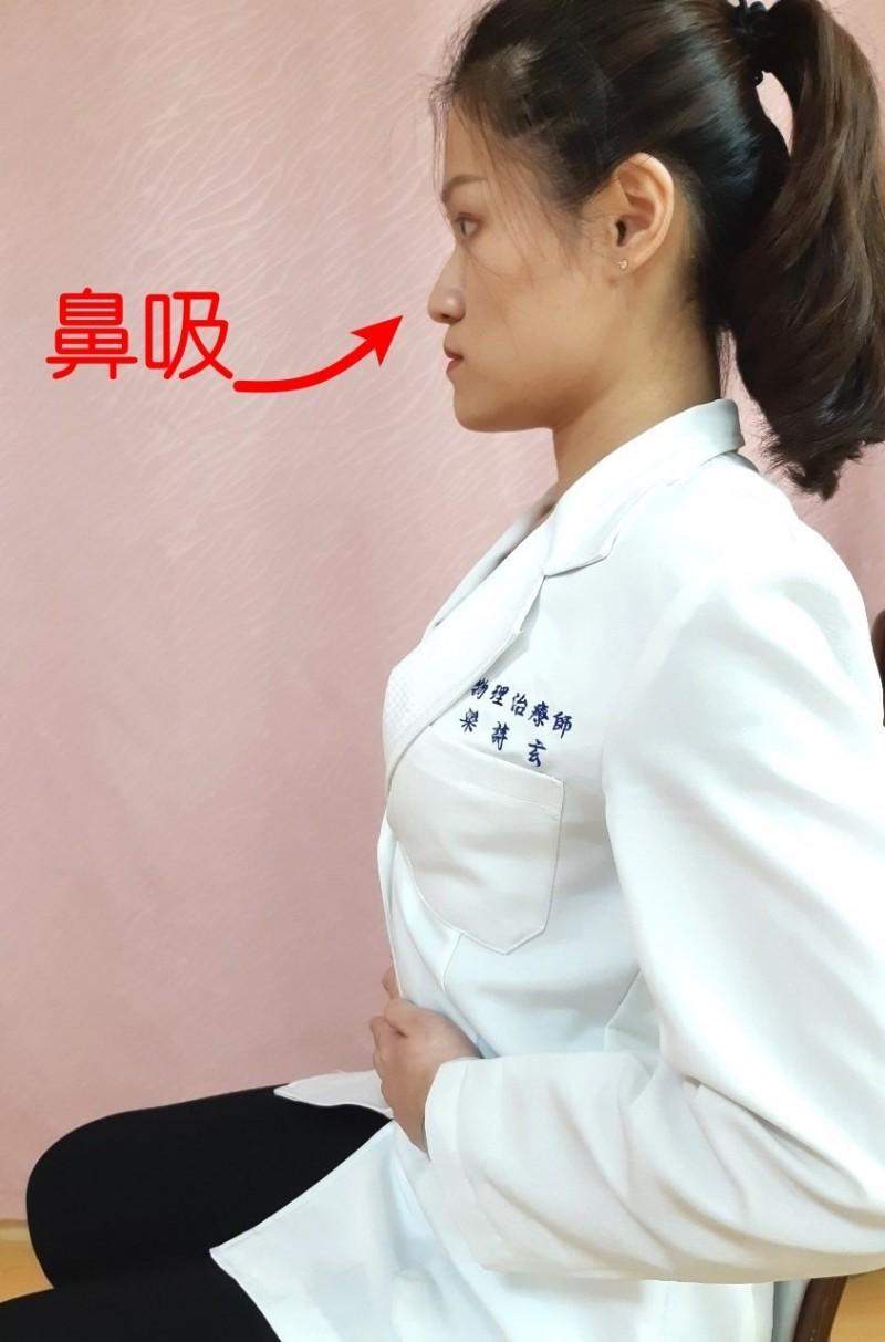 第三招:腹式呼吸運動-吸氣。(記者張勳騰翻攝)