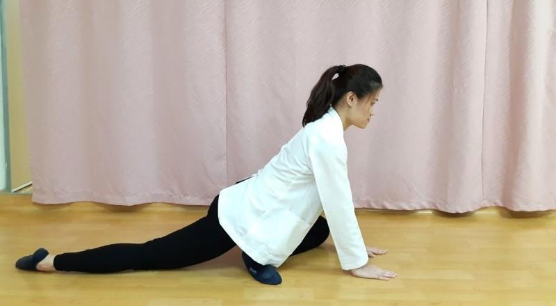 第五招:腰臀伸展運動-準備動作。(記者張勳騰翻攝)