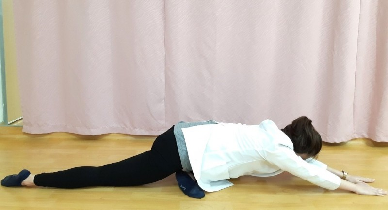 第五招:腰臀伸展運動-雙手緩慢前伸。(記者張勳騰攝)