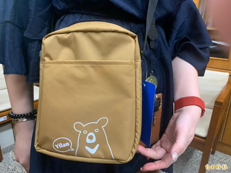 宜縣今年兒童節贈送的隨身小包包。(記者林敬倫攝)