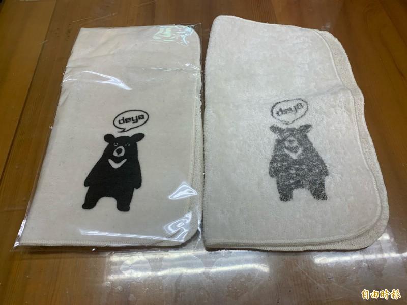 宜縣兒童節禮物送手帕,上面的黑熊圖樣一下水就褪色,引發家長恐慌。(記者林敬倫攝)