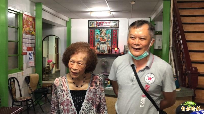 東和旅社第2代經營者邱尖(左)和第3代老闆賴泉壽(右)。(記者羅欣貞攝)