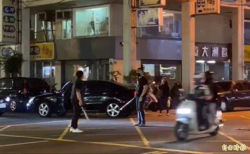 經紀公司幹部為旗下傳播妹多次引爆街頭暴力,還隨身帶球棒發生行車糾紛,持棍對峙攻擊成為治安隱憂,警方還搜出狼牙棒。(記者黃良傑攝)
