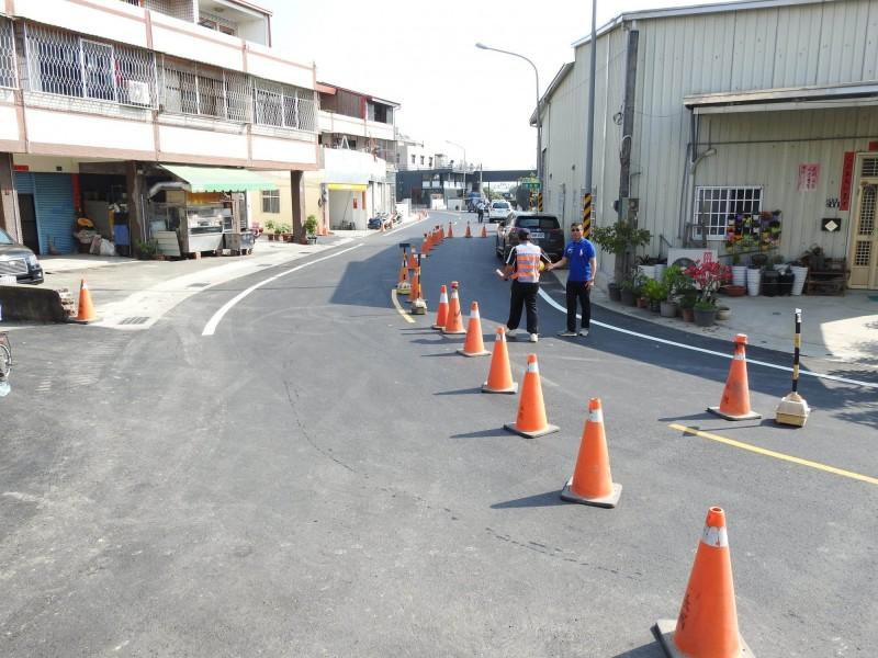 曾被戲稱「選舉路」的草屯鎮立人路,終於全線拓寬完工,26日完工通車。(南投縣府提供)