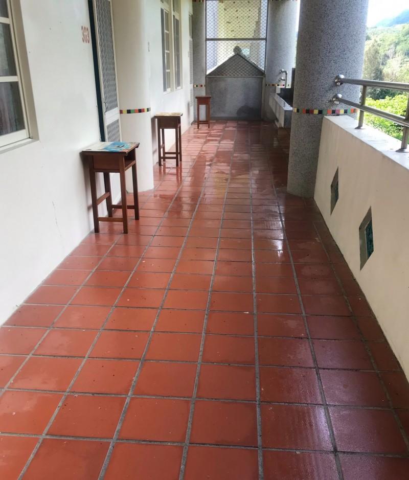 花蓮提供給外籍居家檢疫十四天的免費住宿宿舍,房間外還有紅磚走廊陽台,可以眺望外面山景,空氣清新,「絕對不是監獄」。(衛生局提供)