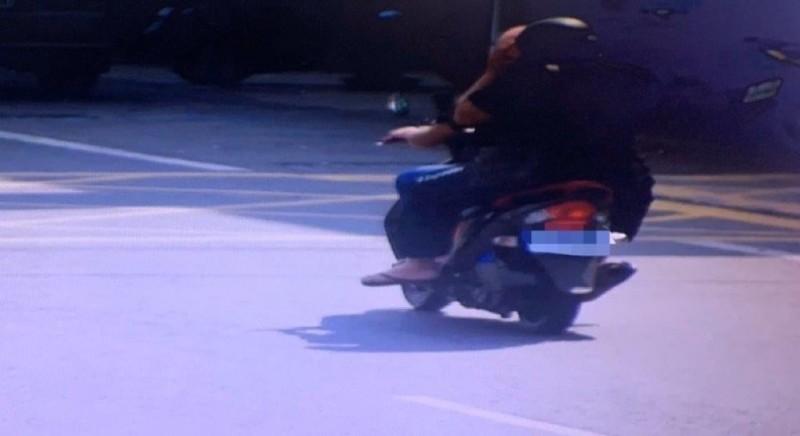 居家檢疫黃男(前)騎機車載友人趴趴走,吃下2張罰單。(記者洪臣宏翻攝)