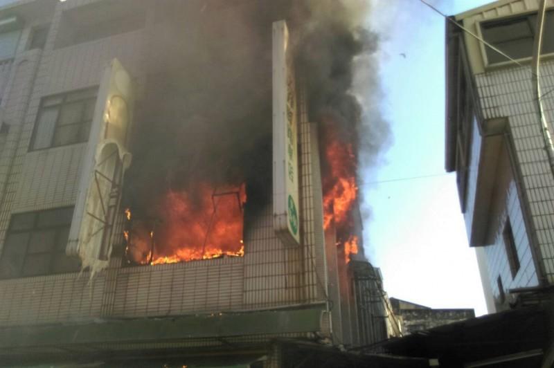台南市柳營區中山西路菜市場一戶民宅2樓今天下午4點多失火,冒出熊熊烈火。(記者楊金城翻攝)