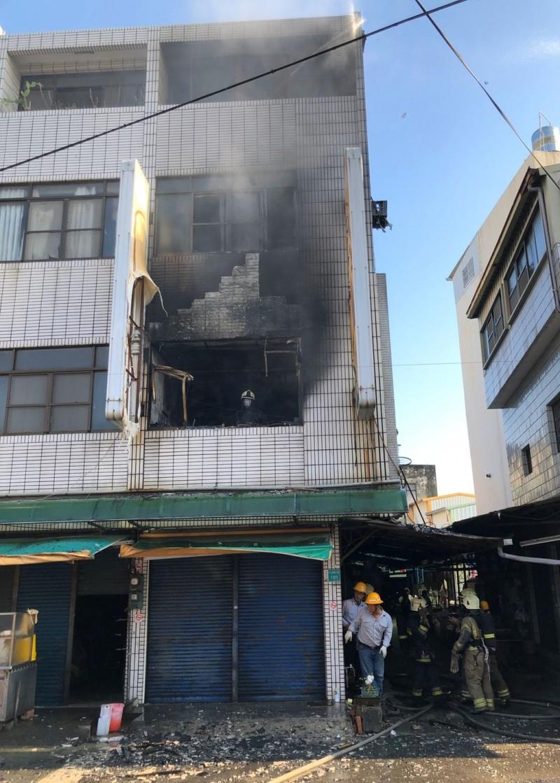 柳營區中山西路菜市場一戶民宅2樓今天下午4點多失火,警消到救援。(記者楊金城翻攝)