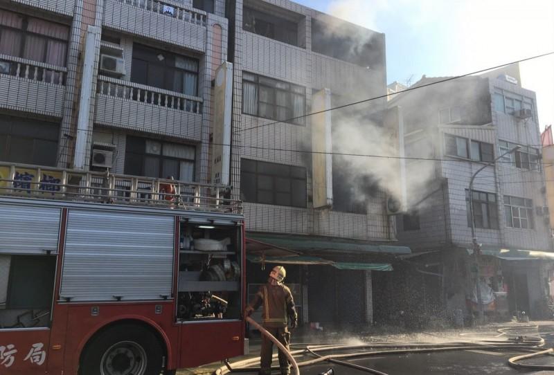 柳營中山西路菜市場一戶民宅2樓今天下午4點多失火,警消到場救援。(記者楊金城翻攝)
