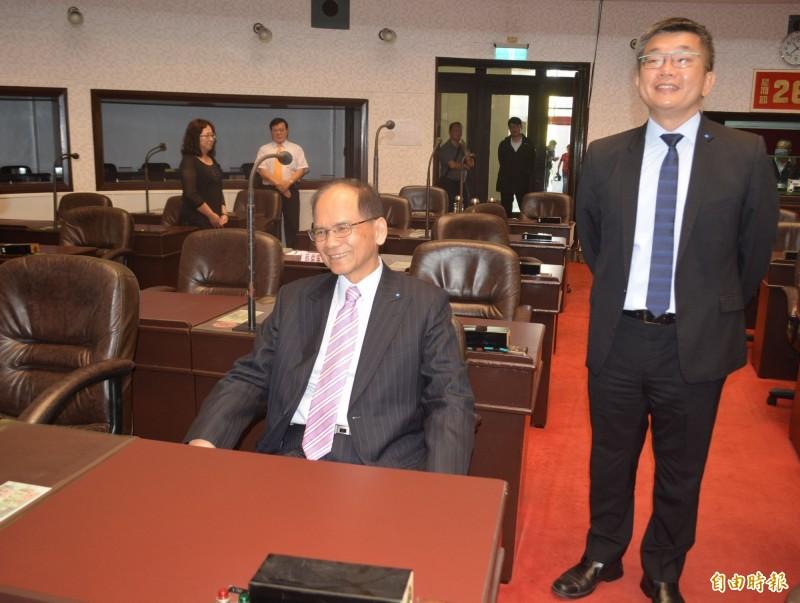 立法院長游錫堃(左),今天在立法院副院長蔡其昌(右)陪同下,重回省議會議事廳,坐上當年的座位回憶過往覺得很開心。(記者陳建志攝)