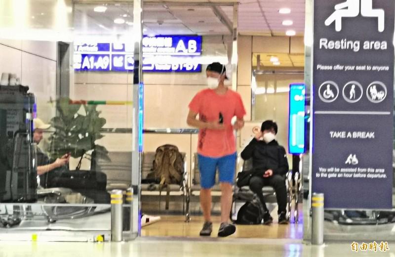 三名不速過境轉機客,被困桃園機場,有可能在機場「閉關」到4月7日後才能回家。(記者姚介修攝)