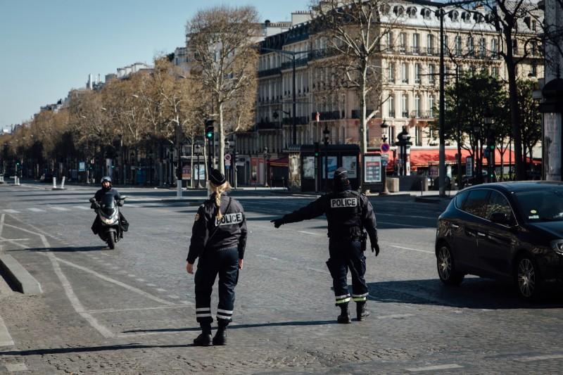 中國武漢肺炎疫情嚴峻,日前網路流傳一段影片,宣稱「法國巴黎爆發抗議示威,反對封城」,不過經台灣事實查核中心調查發現是錯誤訊息。示意圖。(彭博)