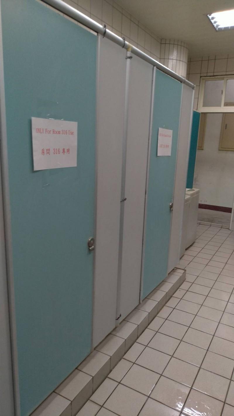 花蓮居家檢疫所裡,每個人都有專屬廁所,門上貼有房間號碼,別人不得使用。(花蓮縣衛生局提供)