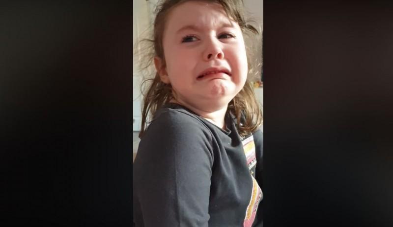 年僅4歲的小女孩得知自己的愛店及常吃的餐廳都關了、外賣也停止服務,只能吃媽媽煮的飯後,忍不住崩潰大哭,可愛又直接的反應被媽媽PO上網後,不但瞬間爆紅,結局更是超展開。(圖擷取自臉書)
