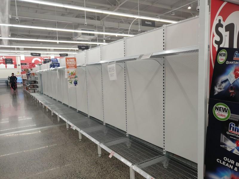 澳洲當地超市的貨物都被掃光。(民眾提供)