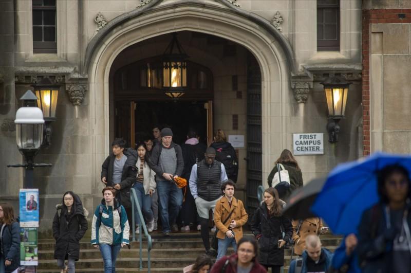 中國外交部向海外留學生喊話「祖國永遠是海外公民的堅強後盾」,但建議他們留在當地,避免回國引發交叉感染。(法新社)
