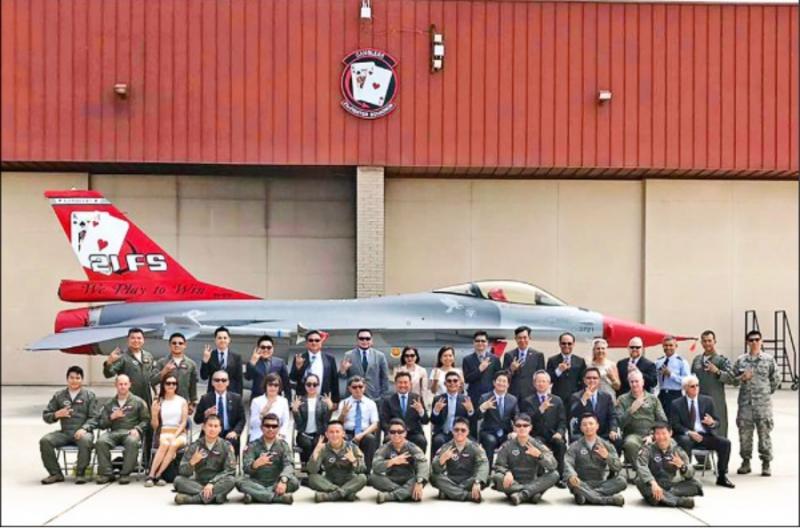 立院外交國防委員會委員曾赴美國考察我F16飛行員在路克基地受訓狀況,並與基地幹部合影。(圖:擷取自立委呂玉玲臉書專頁)